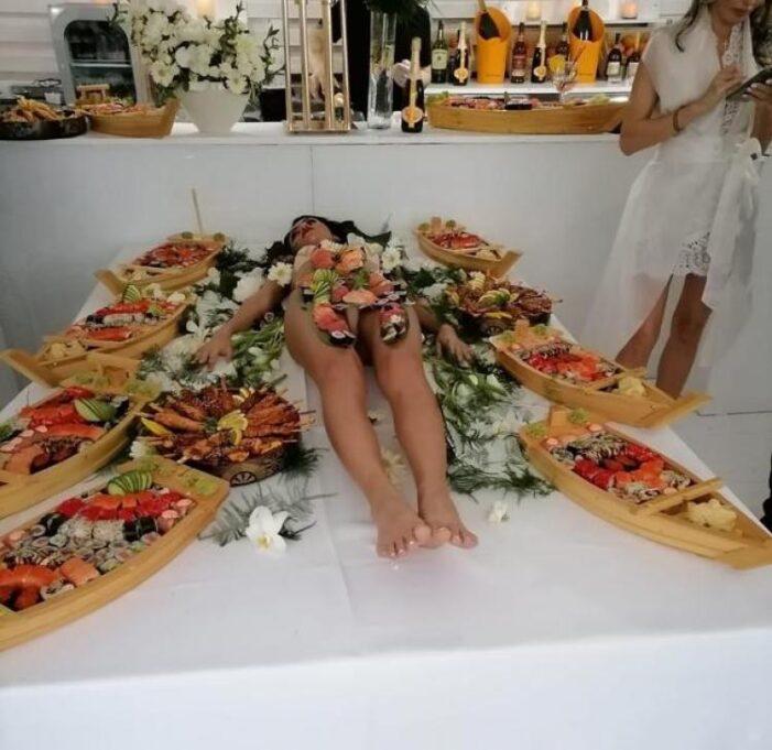 """Fată aproape goală, """"servită"""" cu sushi la un eveniment monden (Foto)"""