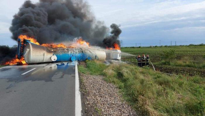 O cisternă s-a răsturnat și a luat foc (Fotogalerie)