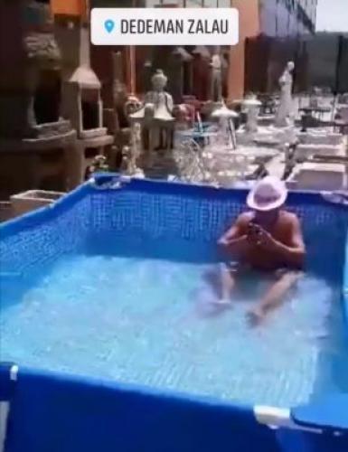 A făcut baie în piscina expusă la Dedeman (Foto)
