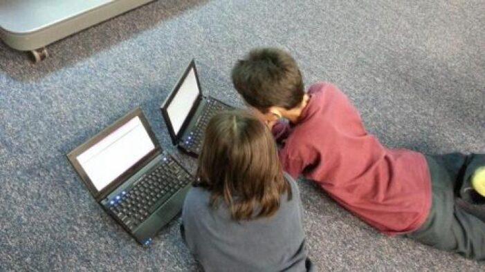 Elevii și studenții pot cere 200 de euro de la stat pentru un calculator sau laptop nou