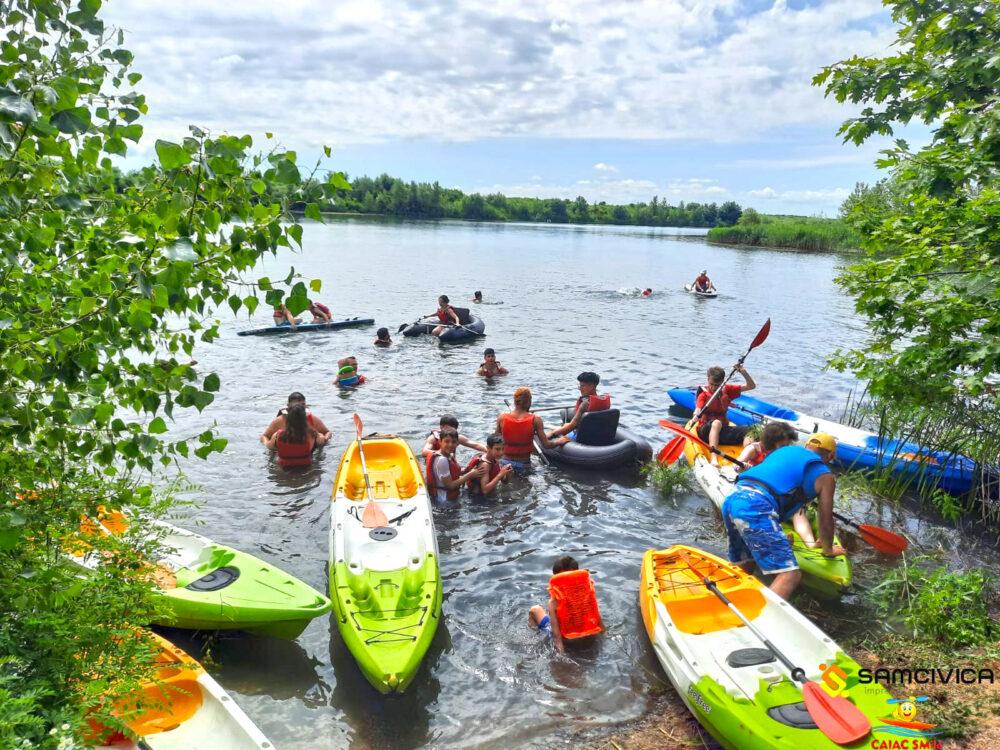 Distractie pe lac. Zeci de copii s-au aventurat cu caiacele pe apa (Foto)