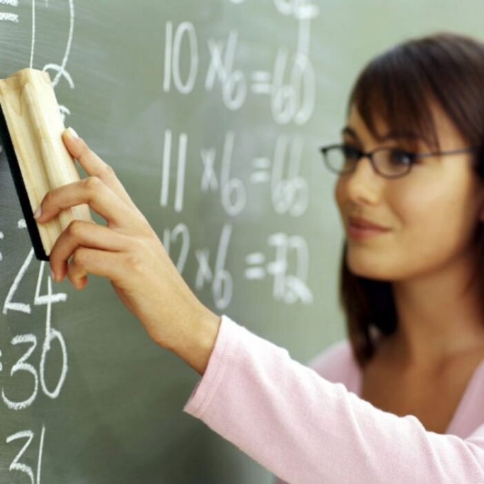 Profesorii vor fi evaluați de elevi