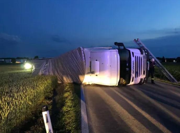 S-a rasturnat cu camionul. Soferul aproape de coma alcoolica ! (Foto)
