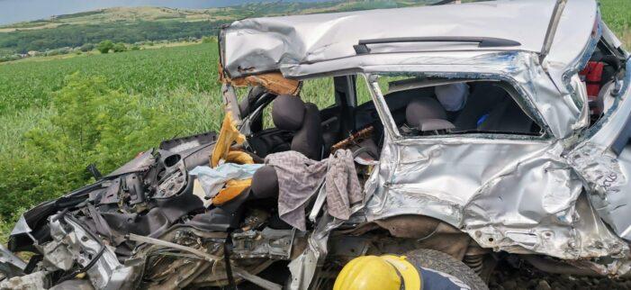Masina lovita de tren. Soferul a murit pe loc (Foto)