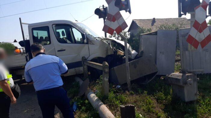 Autoutilitara lovita de tren ! (Foto)