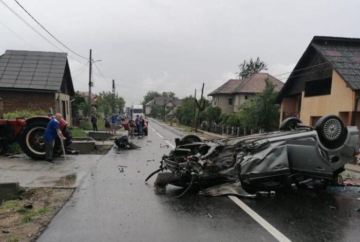 Accident cu trei victime. O masina s-a rasturnat pe drum (Foto)