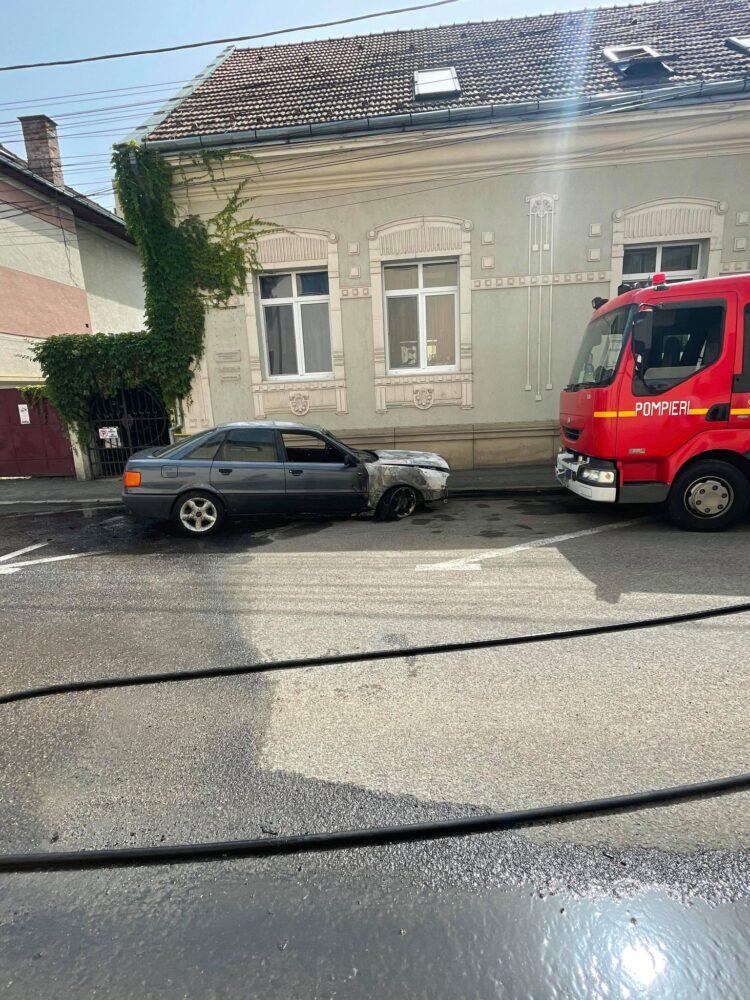 Ce a ramas din masina distrusa de flacari in centrul Satmarului ? (Foto)