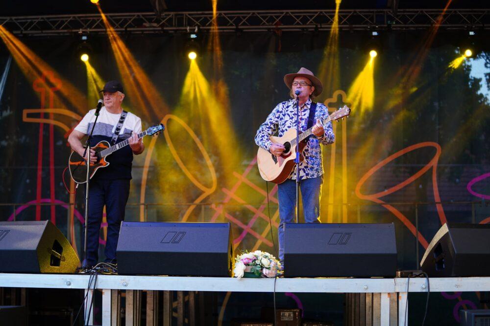 """Spectacol de muzică folk """"Trubadurii din Turn"""" invitat special Ducu Bertzi (Foto)"""