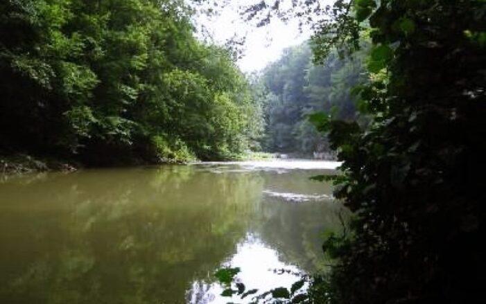 Cadavrele a doi iubiţi, găsite într-un râu