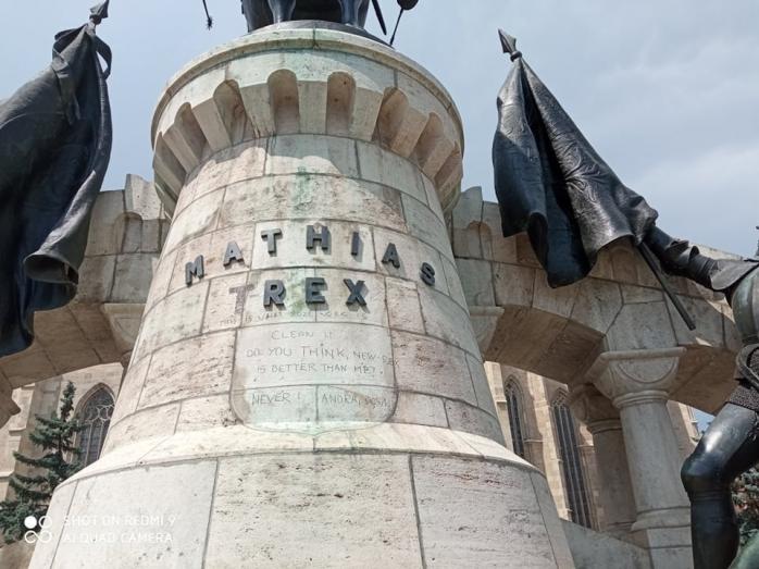 Un satmarean a vandalizat statuia lui Matei Corvin din Cluj-Napoca (Foto)