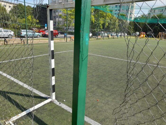 Satmarenii sunt nemultumiti: Terenurile de joaca, neingrijite. Curtile scolilor, inchise (Foto)