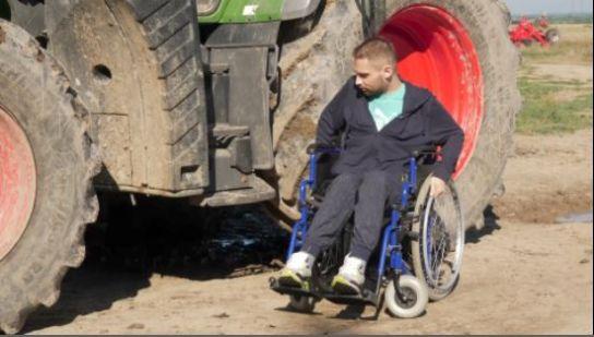 Satmarean condamnat la scaunul cu rotile, însă continua sa lucreze pe ogorul familiei