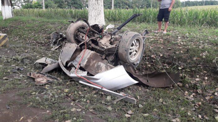 Accident cumplit. BMW facut praf intr-un accident. Doi raniti (Foto&video)