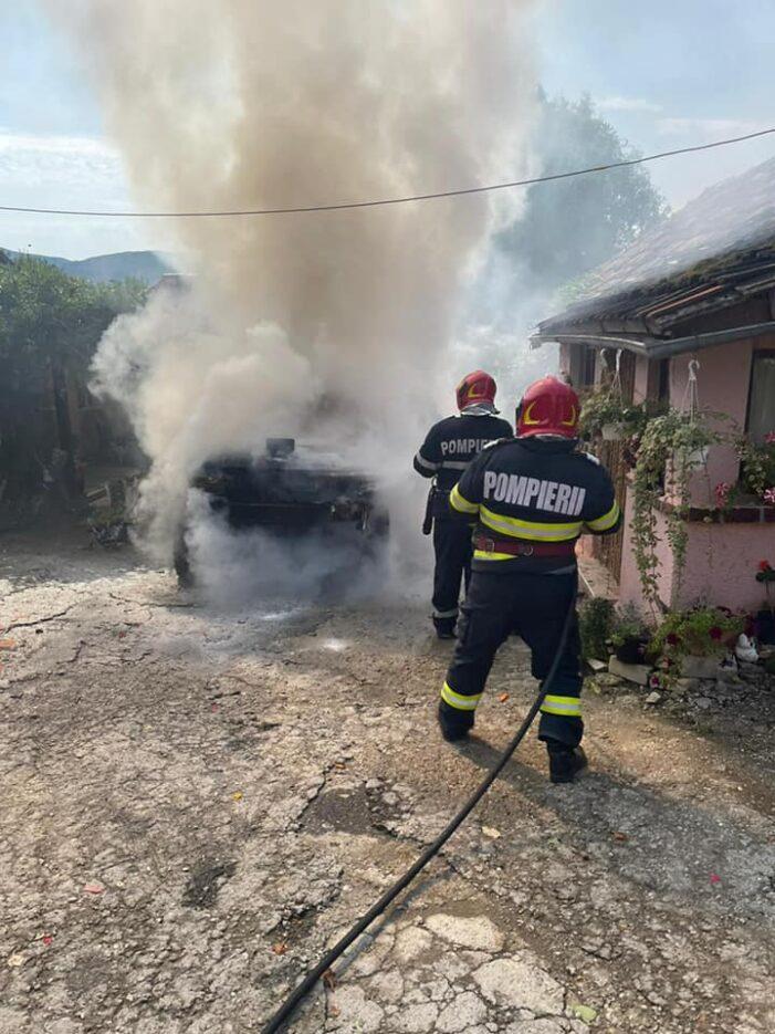 O masina a luat foc de la combustibilul scurs din rezervor (Foto)