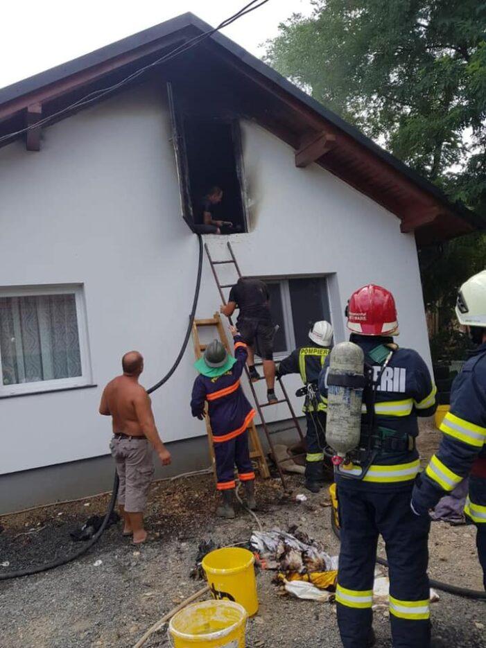 Incendiu la acoperișul unei case (Foto)