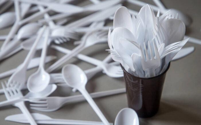 Tacâmurile, farfuriile, paiele, paharele din plastic, interzise în magazinele din România