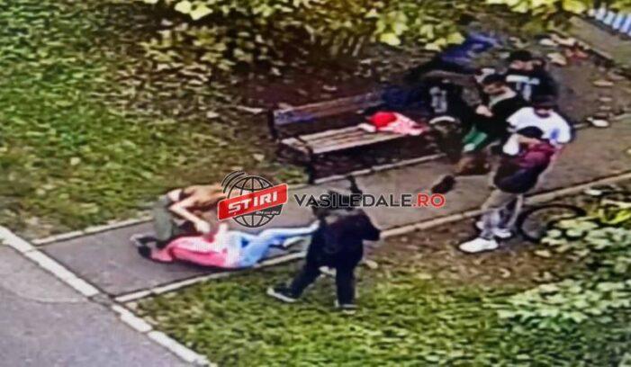 Bataie in toata regula ! Doua adolescente s-au luat la pumni sub privirile prietenilor (Video)