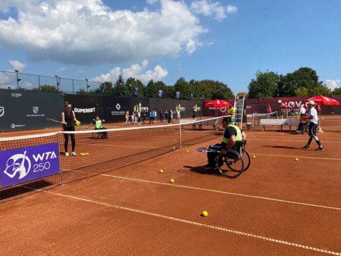 Tinerii în scaun cu rotile, inițiați în tenis de jucătoarea Ana Bogdan (Foto)
