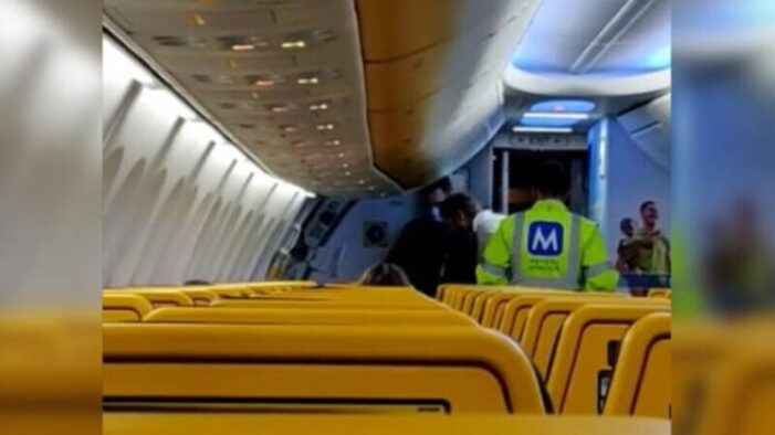 Bărbat dat jos din avion, pentru că a refuzat să-și pună masca
