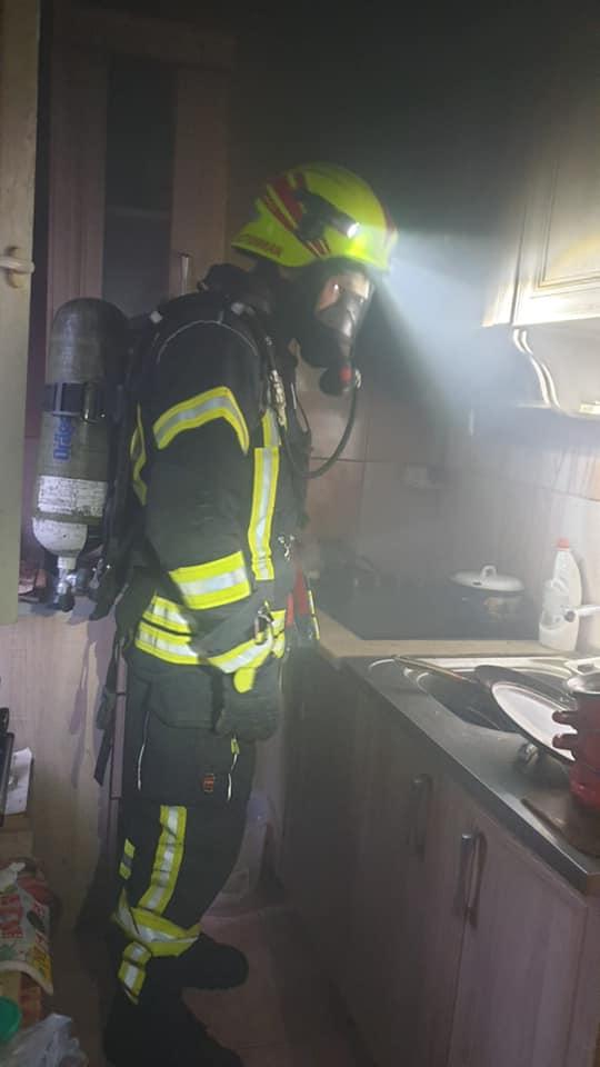 Panica la bloc ! O bucatarie a luat foc ! (Foto)